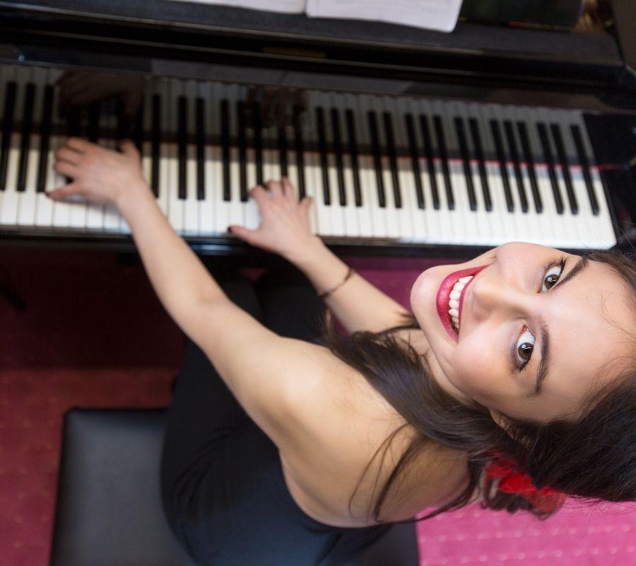 Jeune fille adolescente qui joue du piano - Pianofortegrego
